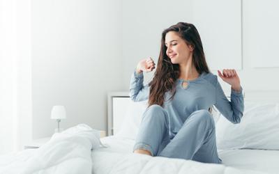 下着姿や裸での睡眠はNG。夏こそ「パジャマ」を着るべき理由