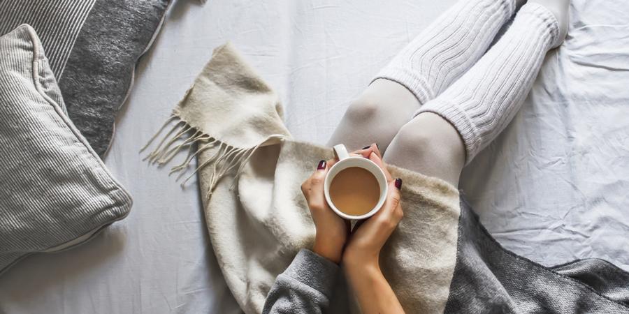 寒い冬の夜に厚着で寝るのはNG!? 質の良い睡眠のための服装とは